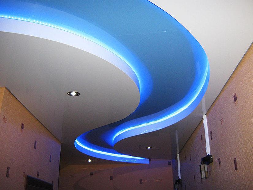 Натяжной потолок криволинейный с подсветкой фото